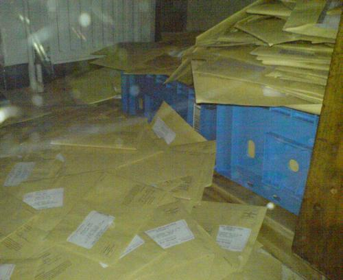 stapel belastingbrieven in  het belastingkantoor